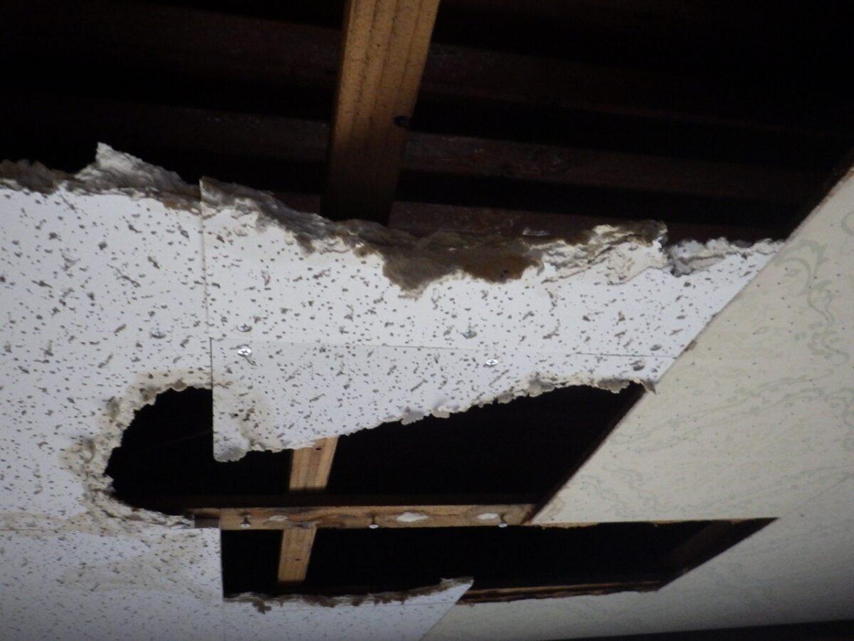 雨漏り後の室内の画像
